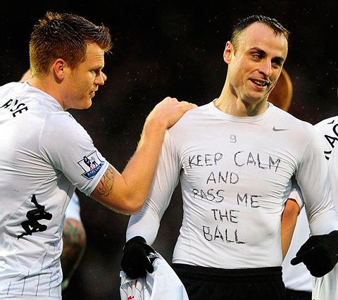 Bulharský futbalista Dimitar Berbatov odhalil tričko s nápisom Keep Calm and Pass me the Ball.