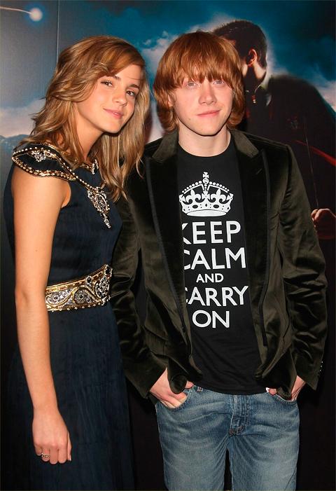"""Originálnu verziu nápisu """"Keep Calm and Carry on"""" nosí na tričku aj Rupert Grint – predstaviteľ Rona Weasleyho z filmu o Harry Potterovi"""