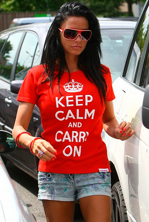 Katie Price, britská fotomodelka a speváčka, známa pod pseudonymom Jordan v tričku s potlačou Keep Calm and Carry On