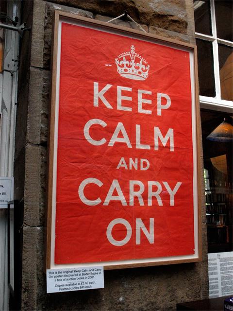 """Originálnu verziu nápisu """"Keep Calm and Carry on"""" nosí na tričku aj Rupert Grint – predstaviteľ Rona Weasleyho z filmu o Harry Potterovi."""