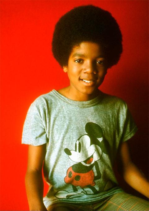 Malý Michael Jackson v tričku s Mickey Mousom.