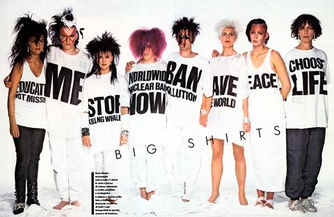 80-te roky: Biele oversized tričká s angažovanými nápismi.