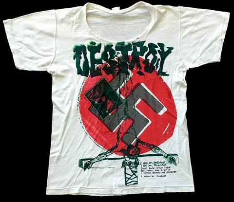 Originál potlač na tričko z roku 1976 (autor: Vivienne Westwood) Kým nosenie svastiky malo za cieľ poburovať, symbolika kosáka a kladiva vyjadrovala príklon k ľavicovému zmýšľaniu časti punk rockovej subkultúry.
